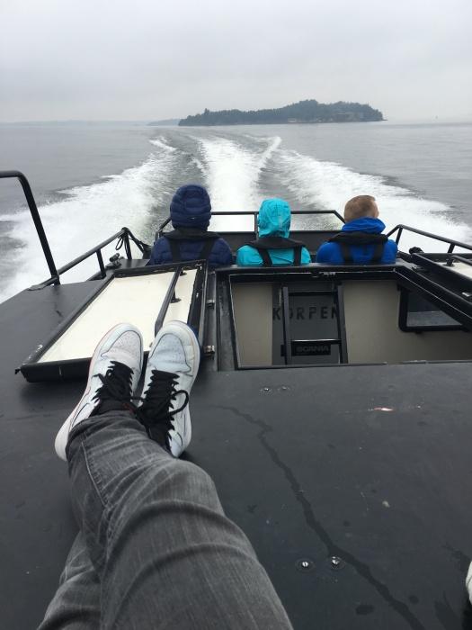 Jag sitter och tar det lite lugnt på däck under färden mot Sandhamn.