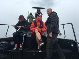 Sverre och Dennis njuter av en dag till sjöss.